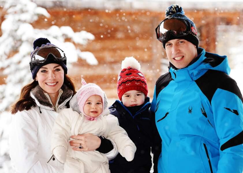 Les Cambridge posent avec le prince George et la princesse Charlotte lors de leurs vacances dans les Alpes françaises le 7 mars 2016.