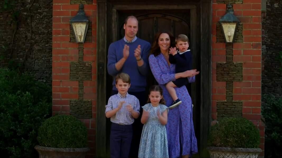 Kate Middleton, le prince William et leurs trois enfants, George, Charlotte et Louis devant chez eux pour applaudir le personnel soignant, le 23 avril 2020
