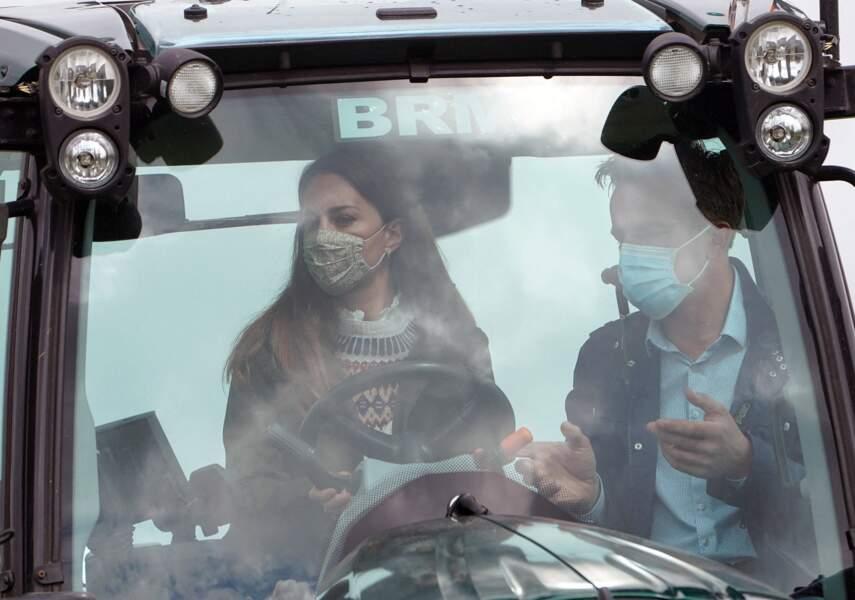 Kate Middleton à bord d'un tracteur, en visite dans une ferme à Durham, le 27 avril 2021
