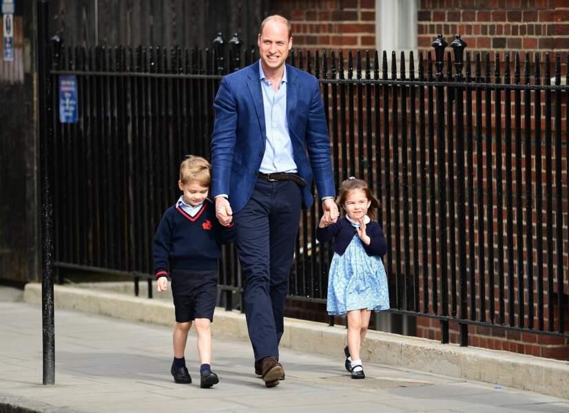 Le prince William arrive avec ses enfants le prince George et la princesse Charlotte à l'hôpital St Marys à Londres, le 23 avril 2018.