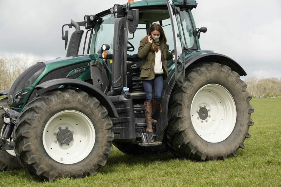 Kate Middleton dans un tracteur, lors d'une visite dans une ferme à Durham, le 27 avril 2021