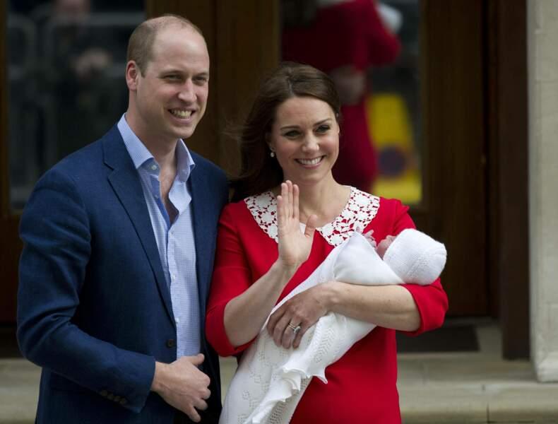 Le prince William et Kate Middleton saluent les photographes devant  l'hôpital St Marys à Londres, le 23 avril 2018.