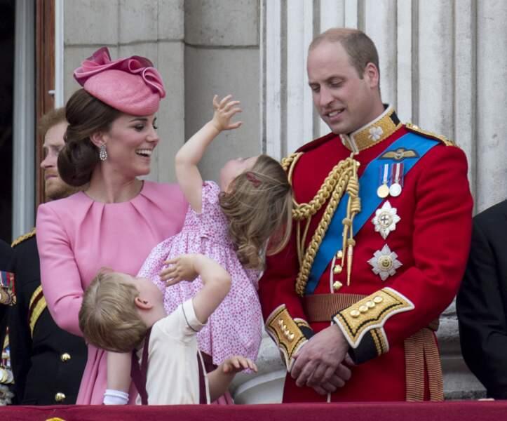 """Kate, William, et la princesse Charlotte au palais de Buckingham pour assister à la parade """"Trooping The Colour"""" à Londres, le 17 juin 2017."""