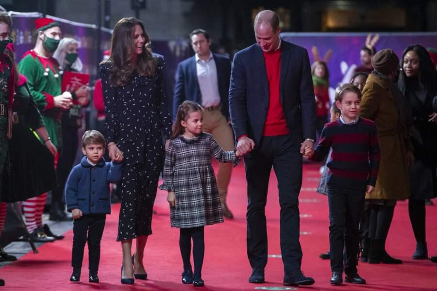 Le prince William, Kate Middleton et leurs trois enfants lors d'un spectacle en l'honneur des personnes mobilisées pendant la pandémie, au Palladium à Londres, Royaume Uni, le 11 décembre 2020.