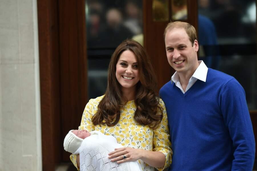 Le prince William,  Kate Middleton,  et leur fille la princesse Charlotte  posent devant l'hôpital St-Mary de Londres où elle a accouché le matin même, le 2 Mai 2015