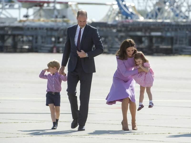 Le prince William, Kate Middleton et le prince George et la princesse Charlotte lors de leur départ à l'aéroport de Hambourg, le 21 juillet 2017, après leur visite officielle en Allemagne.