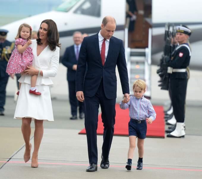 Kate Middleton, le prince William, George et Charlotte à leur arrivée à l'aéroport Chopin à Varsovie, le 17 juillet 2017
