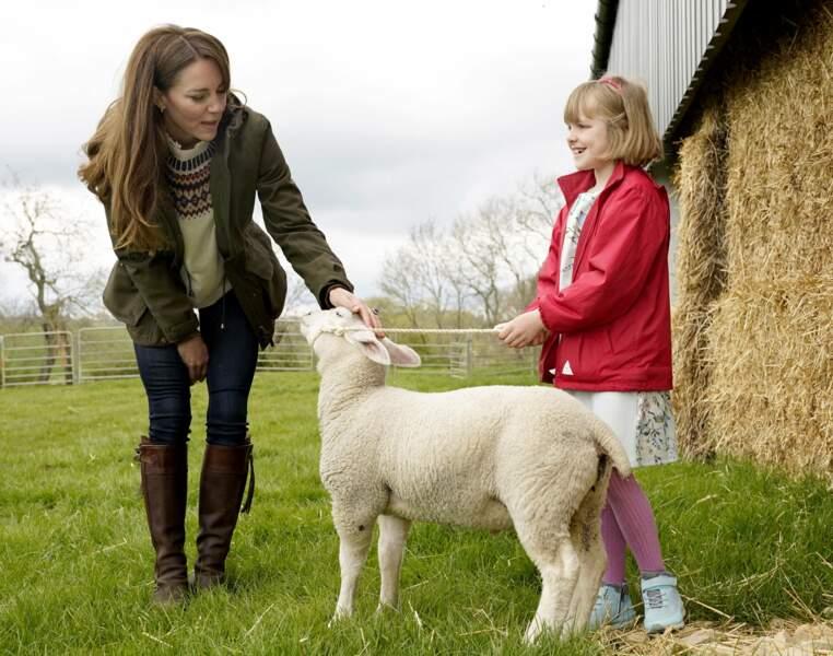 Kate Middleton et la fille d'un fermier, alors qu'elle et William sont en visite dans une ferme à Durham, le 27 avril 2021