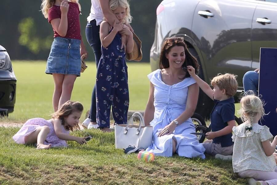 Kate Middleton, le prince George et la princesse Charlotte lors d'un match de polo caritatif au Beaufort Polo Club à Tetbury, le 10 juin 2018.