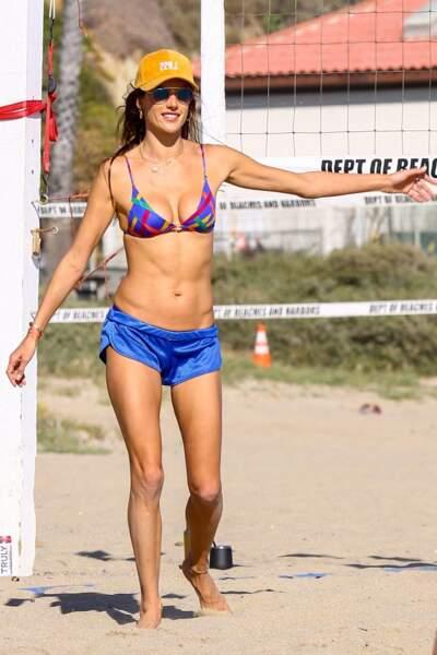 Alessandra Ambrosio dévoile son ventre musclé et bronzé lors d'une partie de volley en avril 2021.