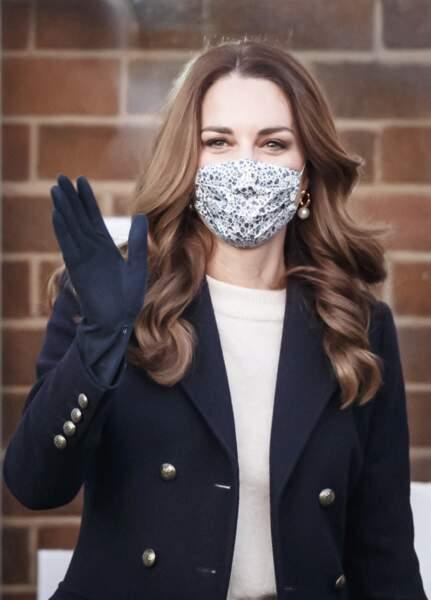 Kate Middleton et ses longueurs joliment ondulés et lâché. Une coiffure naturelle et élégante à la fois, en décembre 2020