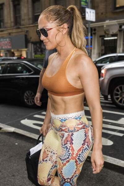 Jennifer Lopez est tellement fière de ses abdos qu'elle les affiche dès que possible.