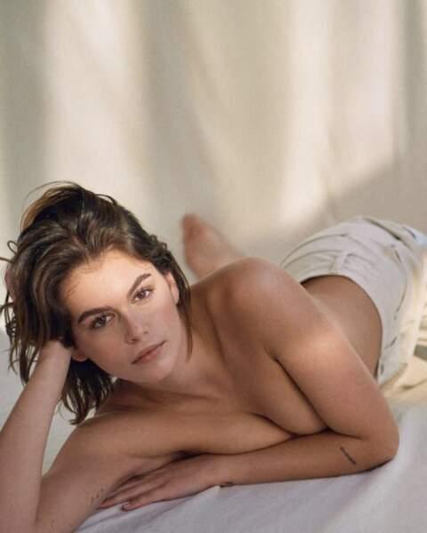 Kaia Gerber pose topless pour la nouvelle campagne de sous-vêtements de Calvin Klein et dévoile ses tatouages.