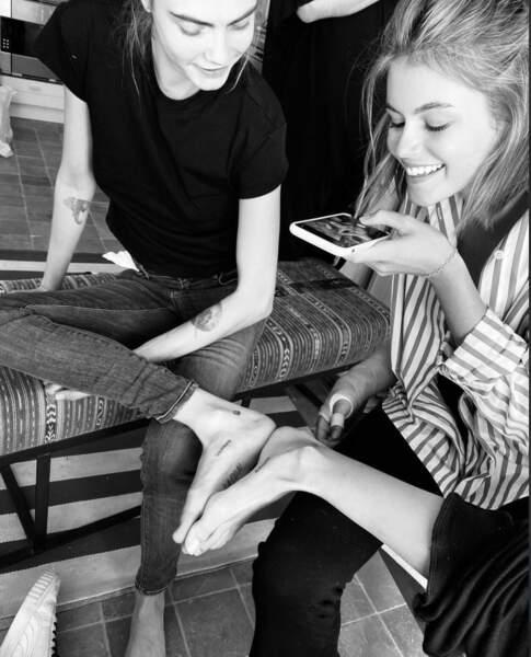 """En mai 2020, Kaia Gerber se fait tatouer sur le pied avec Cara Delevingne le même mot """" solemate"""" (âme sœur)."""