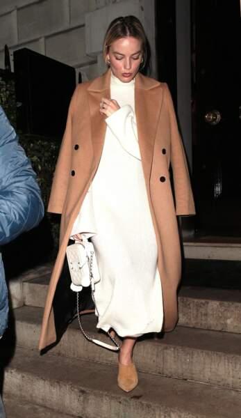 L'actrice à Londres dans une longue robe blanche le 27 janvier 2020.
