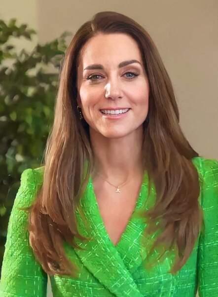 Kate Middleton multiplie les apparitions, ses longs cheveux parfaitement lissés, ici le 17 mars 2021.