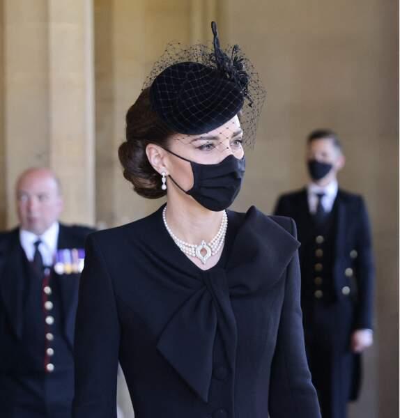 Kate Middleton sobre et d'une élégance impeccable avec ce chignon tressé, le jour des obsèques du prince Philip.