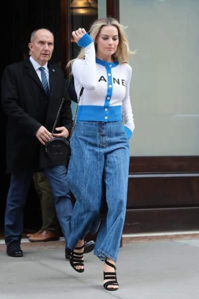 Margot Robbie en jean ample et cardigan Chanel à New York le 3 décembre 2018