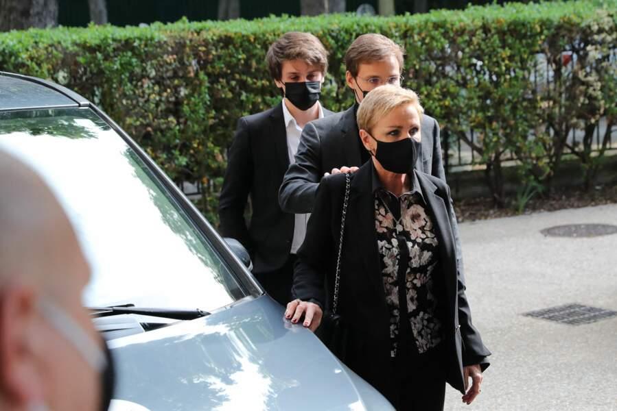 Arrivées aux obsèques de Yves Rénier en l'église Saint-Pierre de Neuilly-sur-Seine ce 30 avril 2021 de Karin Rénier et ses fils Oscar et Jules.