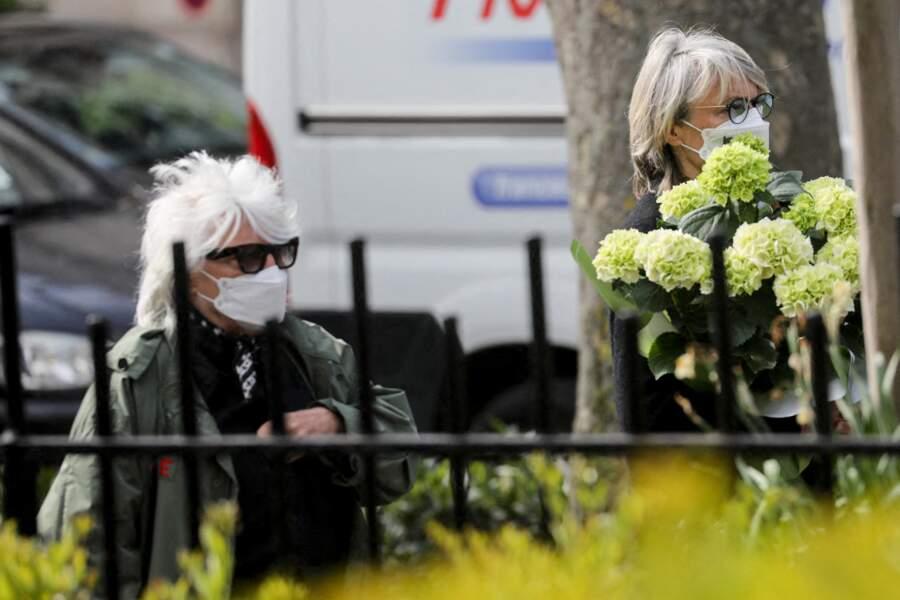 Catherine Lara et sa compagne Samantha aux obsèques de Yves Rénier.