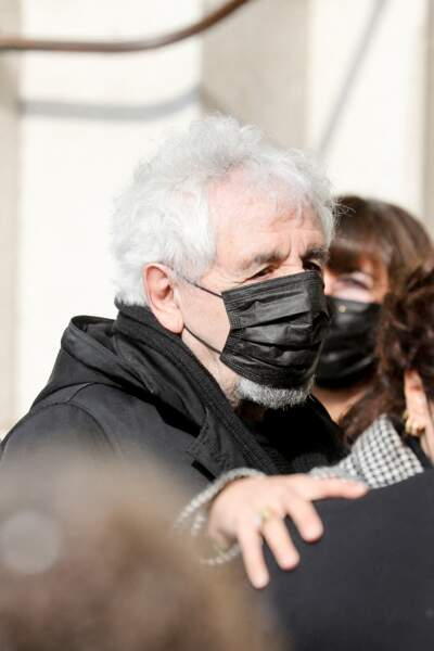 Daniel Angeli caché sous un masque noir aux obsèques de Yves Rénier.