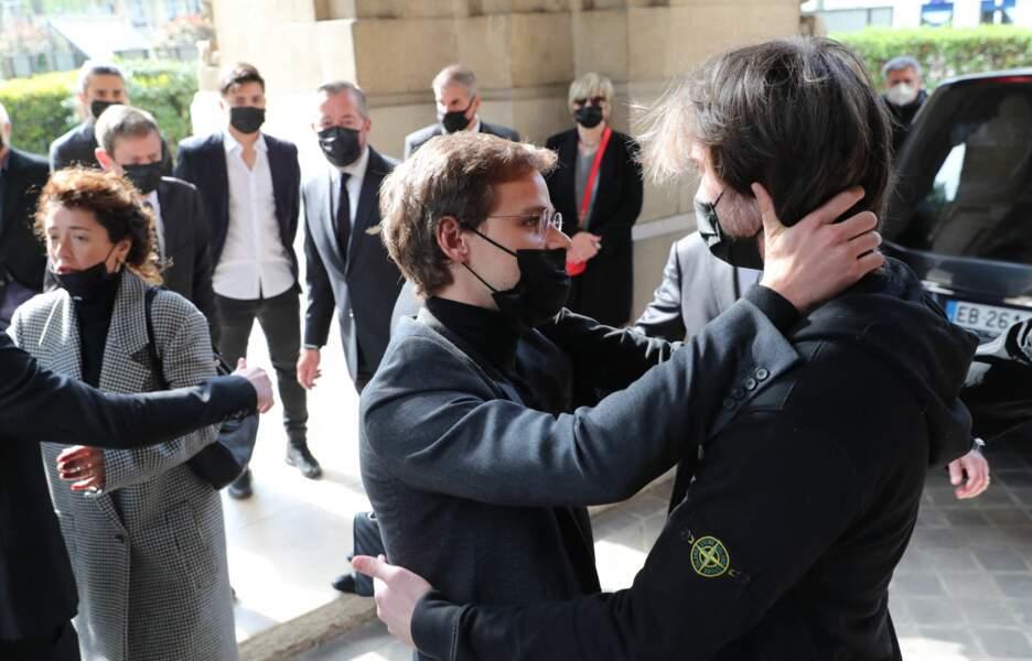 Oscar Rénier très ému aux obsèques de son père Yves Rénier.