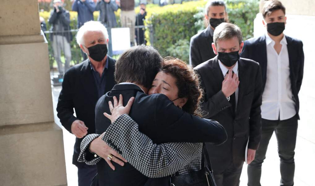 Jules Rénier et Lola Zidi-Rénier très émus aux obsèques de leur père Yves Rénier.