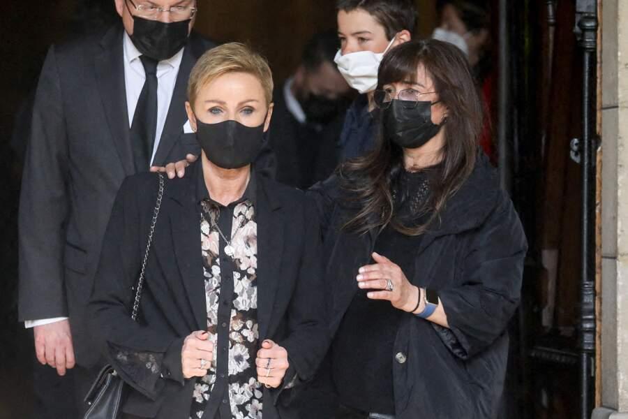 Karin Rénier épaulée par une amie de la famille devant l'église de Neuilly-sur-Seine à l'occasion des obsèques d'Yves Rénier.