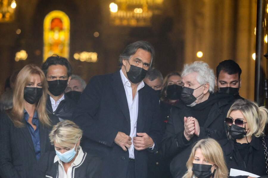 Emmanuel Chain, Daniel Angeli, Laurent Olmedo et sa compagne Marion à la sortie des obsèques d'Yves Rénier, le 30 avril 2021