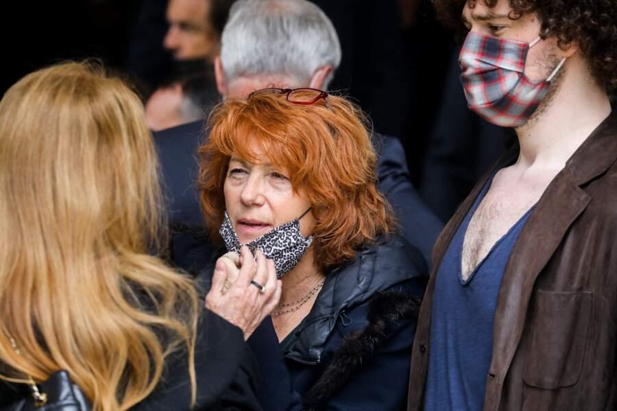 Véronique Genest et son fils Sam Bokobza à la sortie des obsèques d'Yves Rénier en l'église Saint-Pierre de Neuilly-sur-Seine, le 30 avril 2021