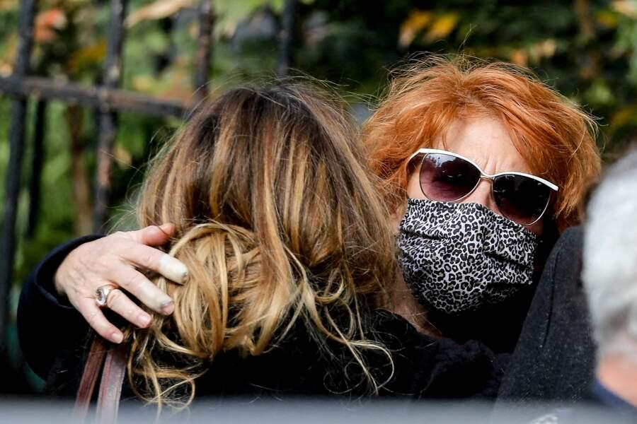 Véronique Genest très émue avec la fille de Yves Rénier, Samantha Rénier.