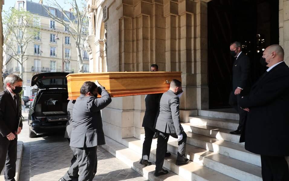 Arrivée du cercueil d'Yves Rénier en l'église de Neuilly-sur-Seine ce 30 avril.