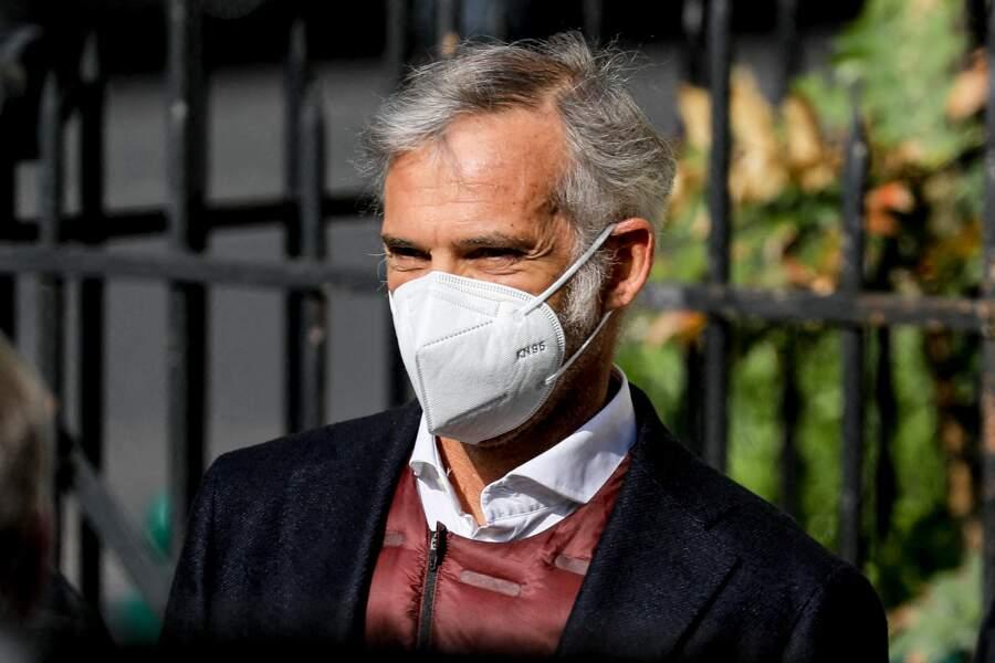 Paul Belmondo caché par son masque aux obsèques de Yves Rénier.