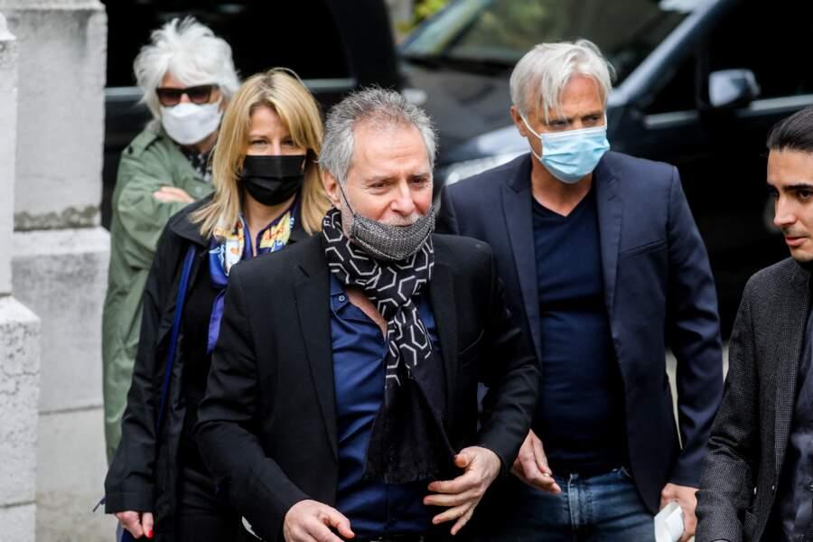 Laurent Olmedo et sa compagne Marion, Mathieu Petit, Catherine Lara à la sortie des obsèques d'Yves Rénier en l'église Saint-Pierre de Neuilly-sur-Seine, le 30 avril 2021