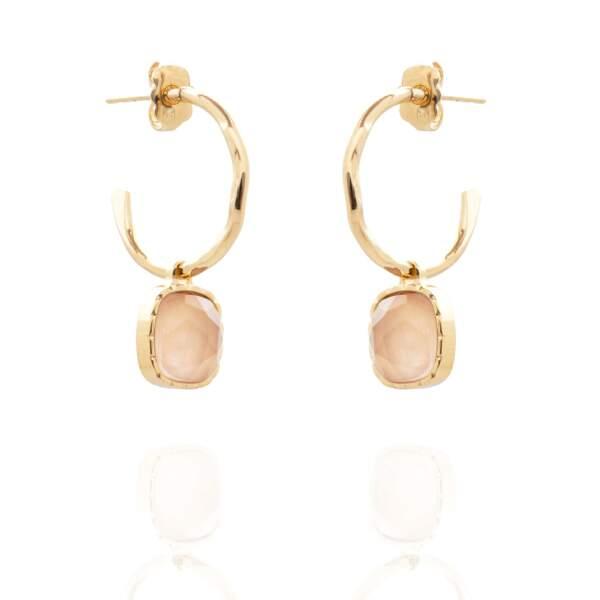 Créoles La Parisienne en plaqué or composées d'un anneau mortelé et de quartz rose, 139€, Aglaïa & Co