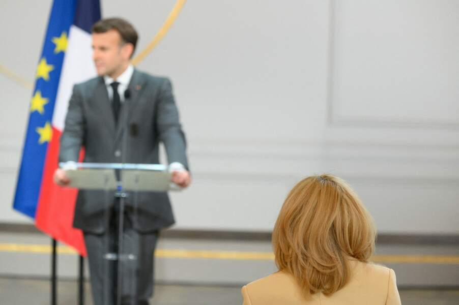 Brigitte Macron au 1er rang pour écouter son mari
