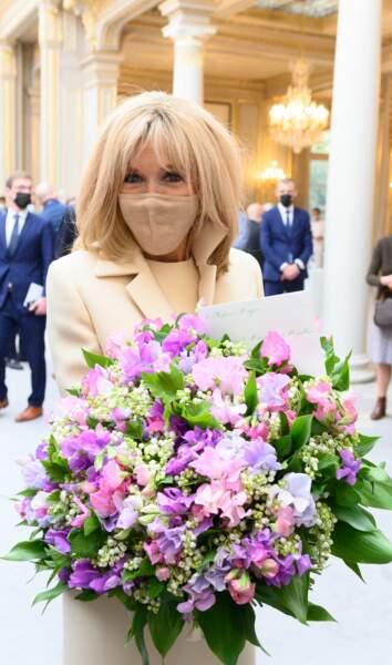 Brigitte Macron élégante et fleurie