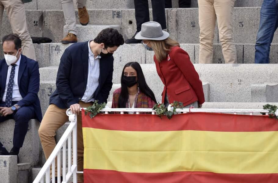 Une fois dans les gradins des arènes, Victoria de Marichalar a été aperçue en compagnie de sa mère, l'infante Elena d'Espagne, mais aussi de son frère, Felipe Juan Froilan de Marichalar.