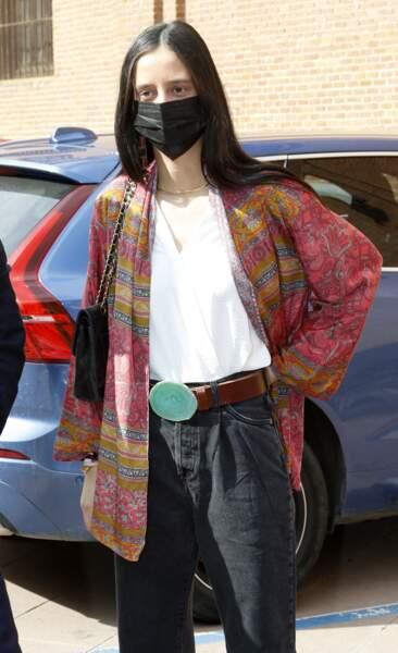 Victoria de Marichalar a choisi de porter un t-shirt blanc, associé à un kimono dans les tons rose-orange. Un look qui a fait son effet !