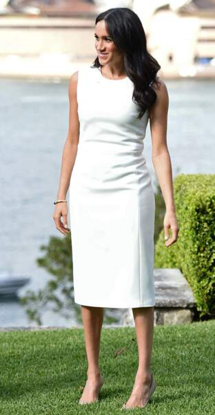 Meghan Markle portait exactement le même style de robe blanche près du corps Brandon Maxwell, le 16 octobre 2018.
