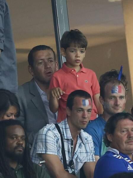 Dany Boon et son fils Eytan assistent au match amical qui oppose la France à la Jamaïque au stade Pierre Mauroy à Lille, le 8 juin 2014.