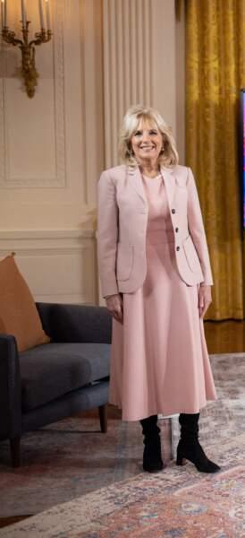 Jill Biden en veste et robe rose poudrées assorties, le 20 février 2021, à Washington.