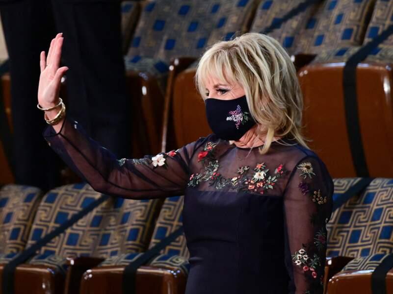 Jill Biden en robe noire et fleurie Gabriela Hearst, une des marques favorites de Meghan Markle, le 28 avril 2021.