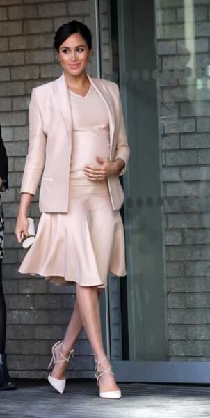 Meghan Markle portait quasiment le même ensemble en version courte avec une veste Brandon Maxwell et une robe Carolina Herrera, le 30 janvier 2019