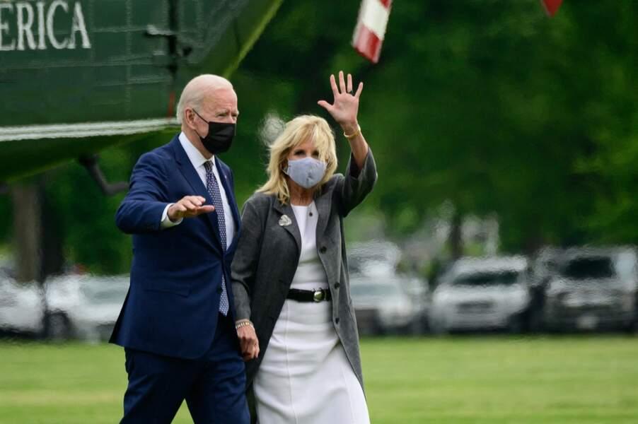 Jill Binde en robe blanche droite Michael Kors le 3 mai 2021.
