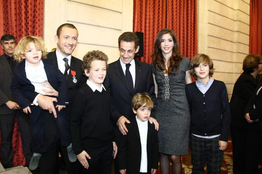 Dany Boon, décoré de la legion d'honneur, avec Yaël et ses quatre aînés Mehdi, Noé, Elia et Eytan, le 10 novembre 2009. En présence de Nicolas Sarkozy