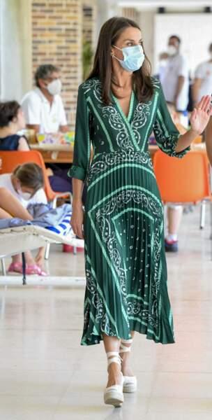 La reine Letizia d'Espagne portait déjà cette robe Sandro fluide le 22 juillet 2020