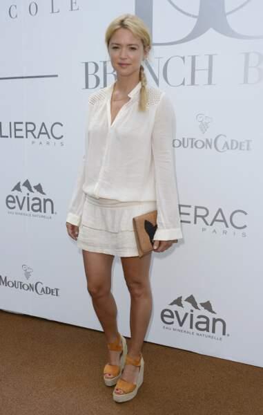 Virginie Efira canon en robe courte blanche et sandales compensées, le 29 juin 2014.