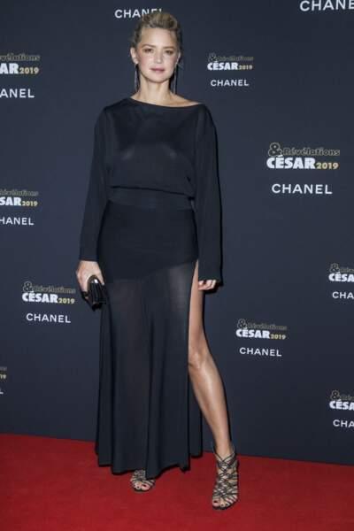Virginie Efira en robe longue fluide et fendue sur le côté pour souligner ses jambes fines et musclées, le 14 janvier 2019.