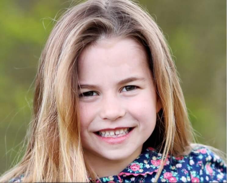 La princesse Charlotte a célébré son sixième anniversaire, le 2 mai dernier. L'occasion pour la famille royale britannique de dévoiler un nouveau porter de la petite fille, portrait craché de ses deux parents.